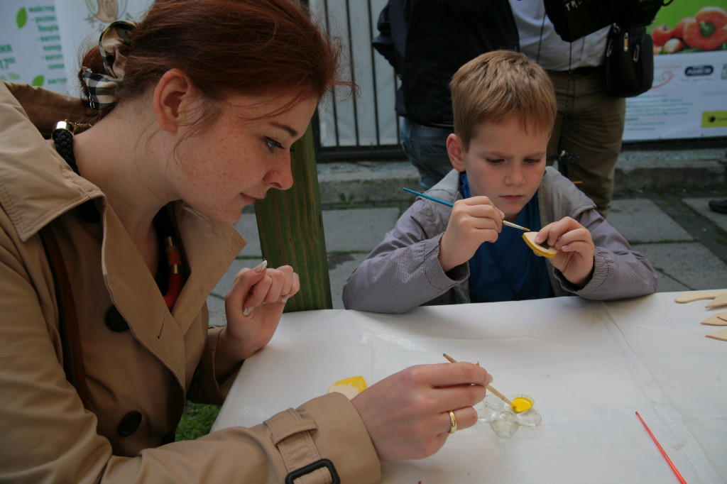 Для дітей було організований майстер-клас розпису української іграшки